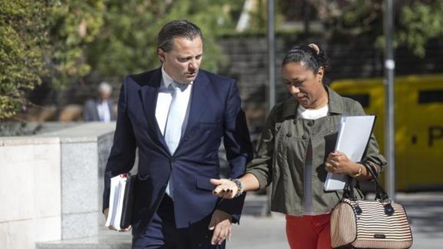 Lola Johnson, a la derecha, con su abogado, junto a la Ciudad de la Justicia de Valencia.