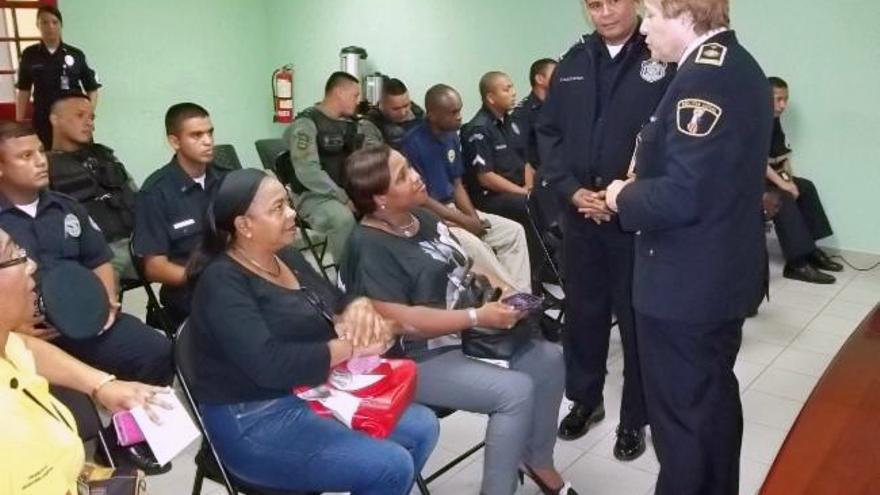 La inspectora Gallardo, responsable de la Umepol, impartiendo un curso a policías de Panamá