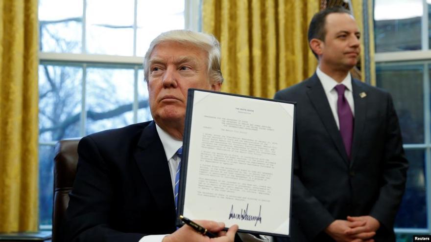 Trump muestra su firma en el documento que impide a las ONG recibir fondos si promueven el aborto