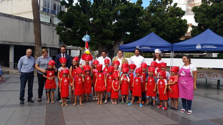En la imagen, niños vestidos de chef.