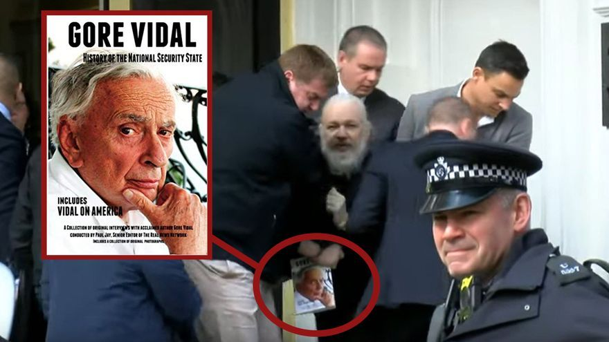 Assange sostiene un ejemplar de 'Gore Vidal History of The National Security State: Includes Vidal on America'