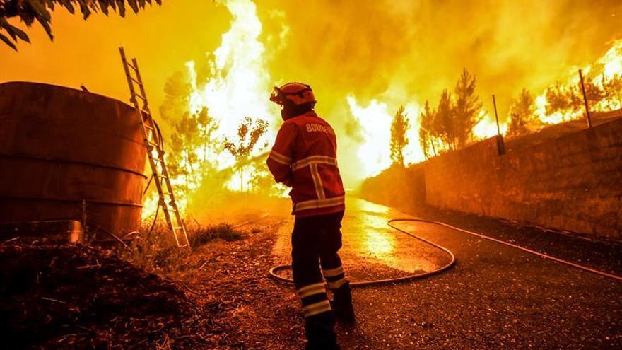 La falta de visibilidad impide actuar a los medios aéreos en el incendio de Portugal