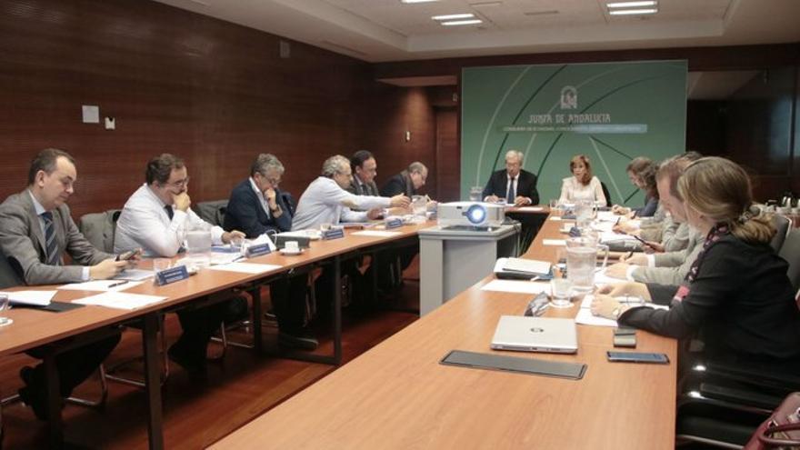 El consejero Rogelio Velasco, reunido este martes con los rectores andaluces