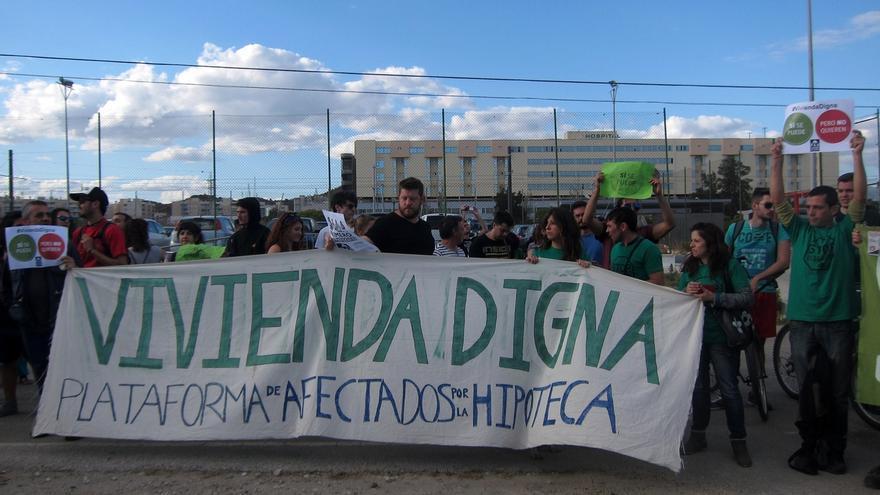 """Miembros de la PAH se concentran en el mitin de Rajoy y gritan en su intervención """"sí se puede"""""""