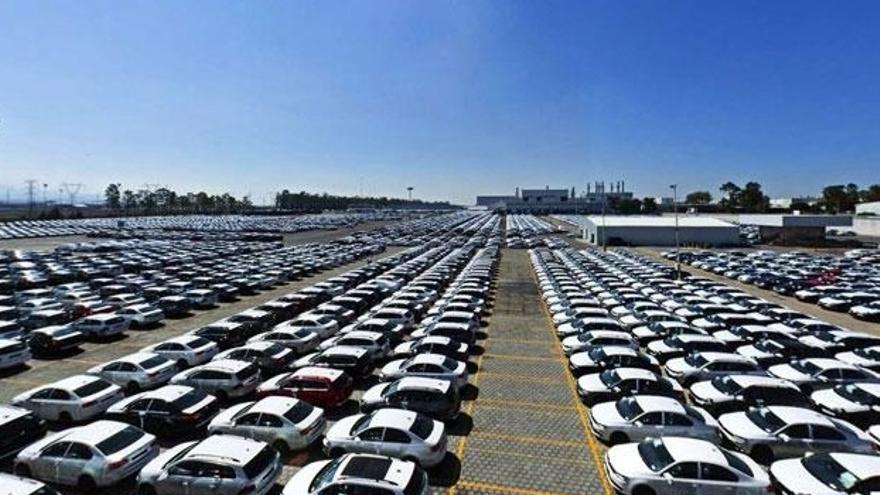Vehículos almacenados en la plata de Volkswagen en Puebla, México.