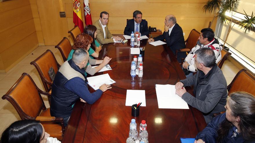Miguel Ángel Revilla ha recibido a representantes de la PAH y de Stop Desahucios. | José Cavia