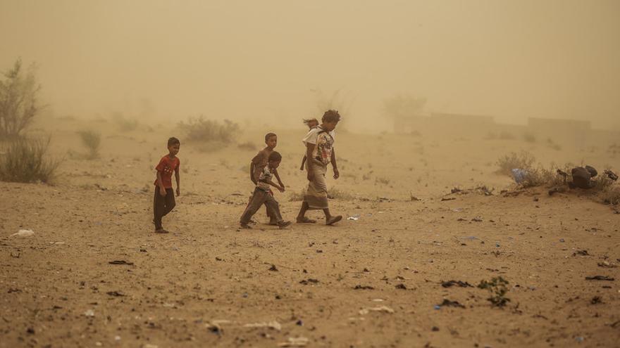 La familia de Ahmed junto con otras 4 familias tuvo que huir de sus hogares debido al reciente conflicto en Hodeida. Caminaron durante casi 10 horas en medio de una tormenta de arena, sin nada que comer.