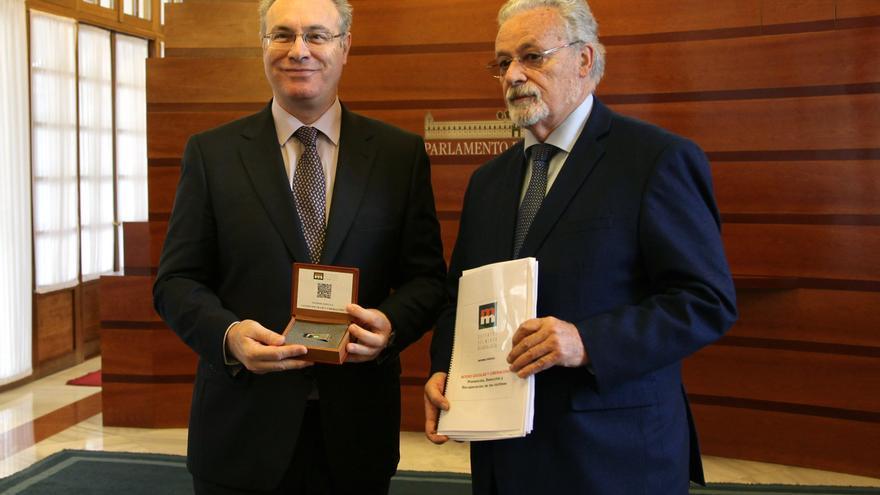 El presidente del Parlamento ha recibido este lunes el informe del Defensor del Pueblo Andaluz sobre el acoso escolar
