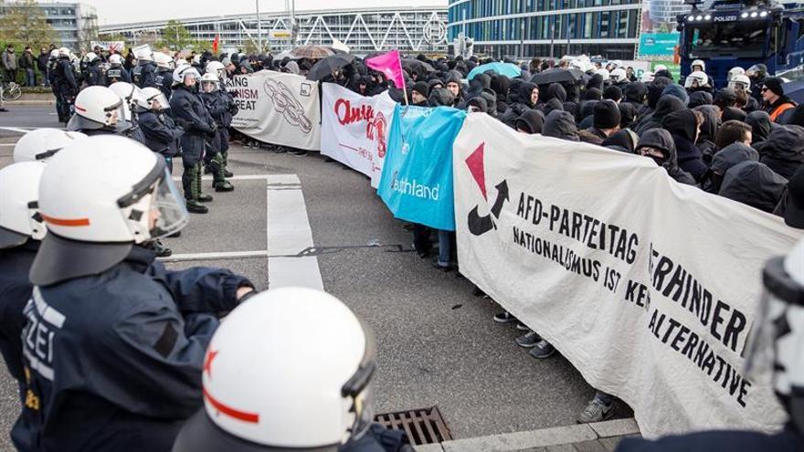 La policía alemana rodea a los manifestantes contra el partido xenófobo Alternativa para Alemania