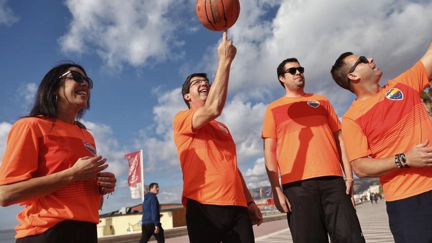 Juan Marín, candidato de Ciudadanos a la Presidencia de la Junta, jugando al baloncesto en campaña.