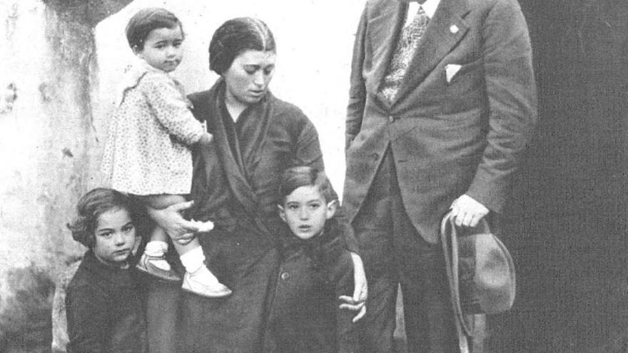 La revista 'Estampa' recoge en su portada del 23 de diciembre de 1933 una foto de la viuda y los hijos del sargento Sopena con el enviado especial José Quílez en Villanueva