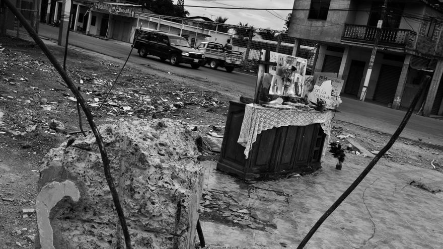 Altar improvisado en las calles de Portoviejo, provincia ecuatoriana de Manabí,  para rendir homenaje a las víctimas del terremoto que fallecieron cuando los edificios donde se encontraban colapsaron. Fotografía: Albert Masias/MSF