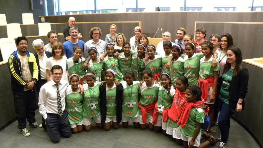 Las Juntas Generales de Gipuzkoa reciben al equipo de fútbol femenino Yuwa de la India