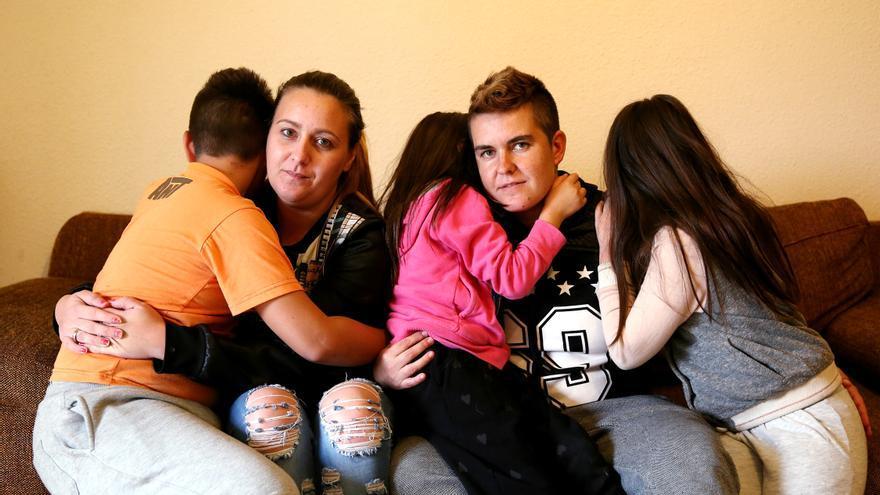 Aroa, Laura y sus tres hijos, en la casa de la que serán desahuciados el próximo miércoles. Foto: Marta Jara