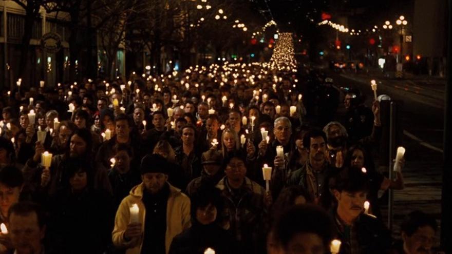 Fotograma 'Mi nombre es Harvey Milk' (HBO)- marcha 30.000 personas tras su asesinato