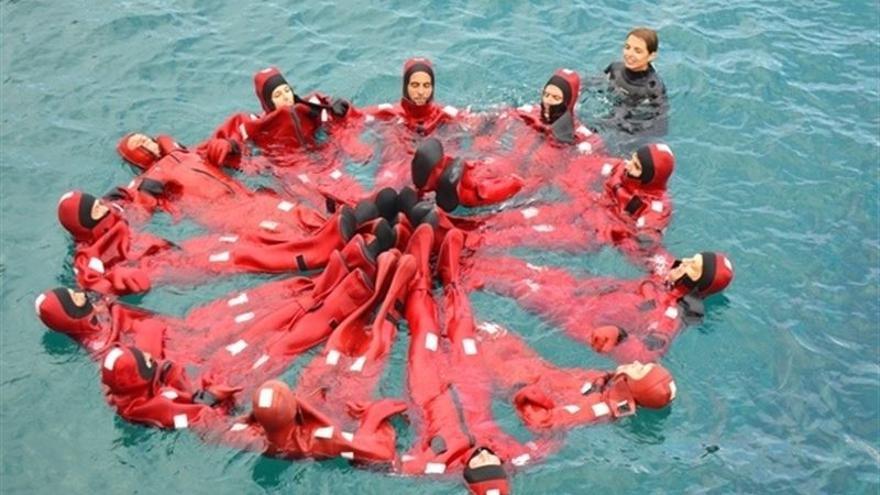 Bomberos durante un ejercicio en el mar