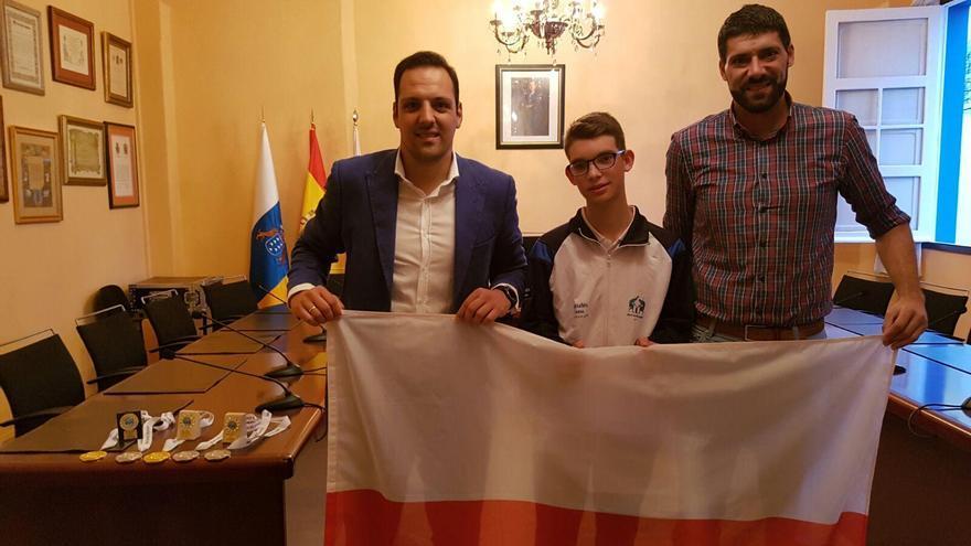 Ángel Luis Cubas (c), con el alcalde de Breña Alta, Jonathan Felipe (i), y Daniel Rodríguez, primer teniente alcalde y concejal de Deportes.