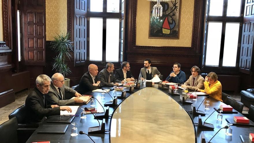 La Mesa del Parlament se reúne hoy, pero no prevé abordar la reforma de Ley de Presidencia para investir a Puigdemont