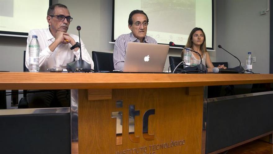 El investigador del Instituto de Oceanografía y Cambio Global de la Universalidad de Las Palmas de Gran Canaria Javier Arístegui (c)  junto a los doctores Antonio González Ramos (i) y Mar Benavides (d) que han elaborado un informe sobre las microalgas.
