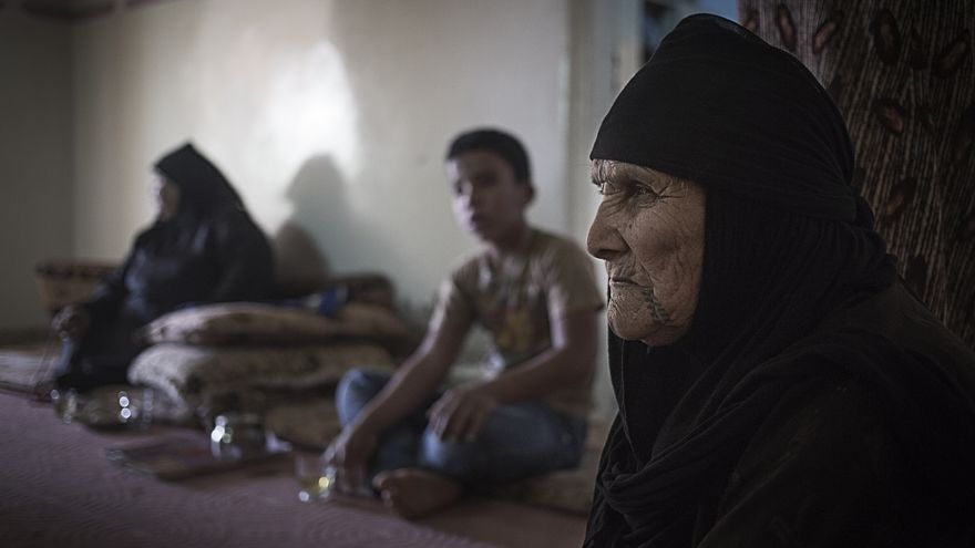 """Pie foto: """"Manal, 63 años, durante una visita de una ONG local a la casa que comparte con otras familias de refugiados. Muchas familias se agrupan para poder hacer frente a los gastos de alquiler. En algunas casas viven más de 20 personas. Sabha, Jordania, Agosto de 2014"""" Autor foto: @David González Sanz @David_tgn86"""