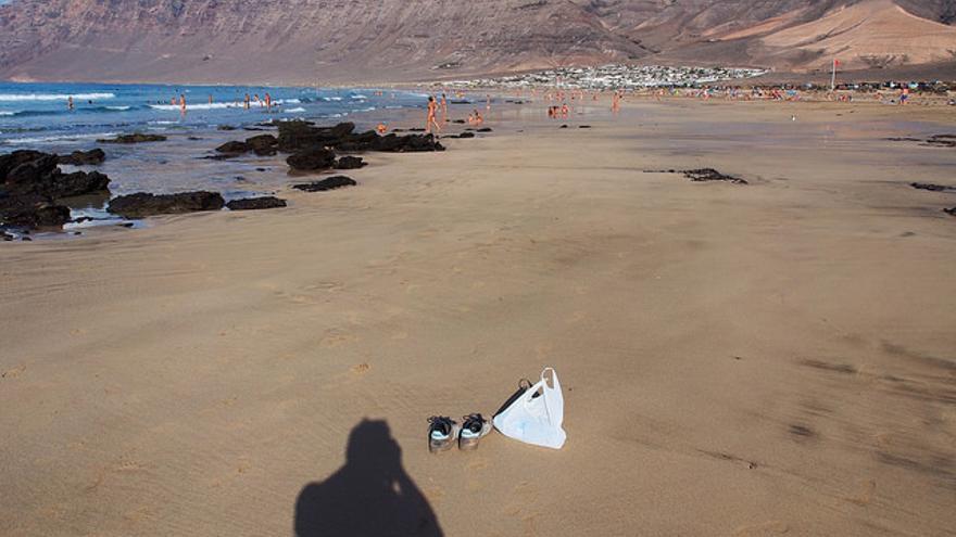 Bañistas en la Playa de famara, una de las mejores de Lanzarote. Alf Altendorf