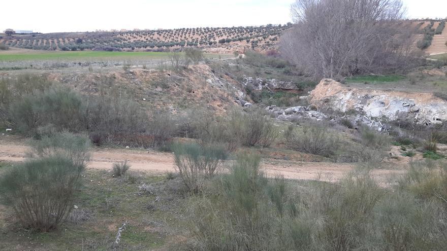 Vertidos procedentes de Ibertubo, al fondo Santa María de Benquerencia