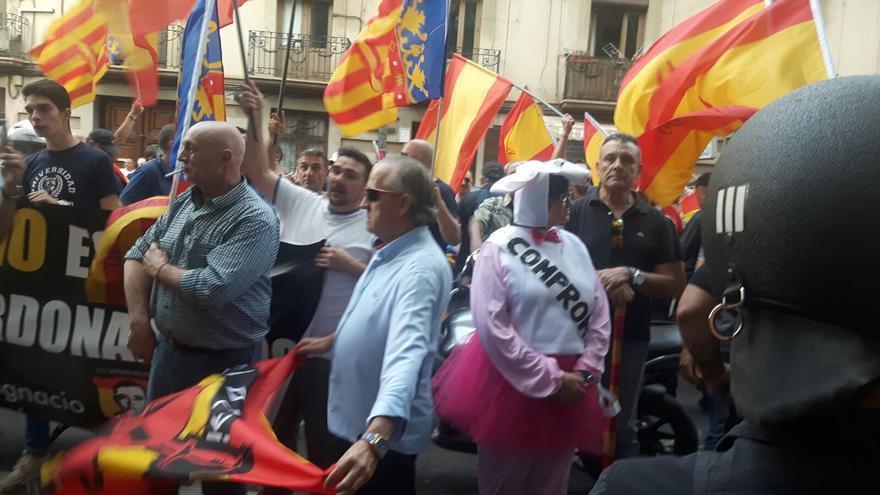 Afines a España 2000 intentan boicotar un acto en solidaridad con Cataluña