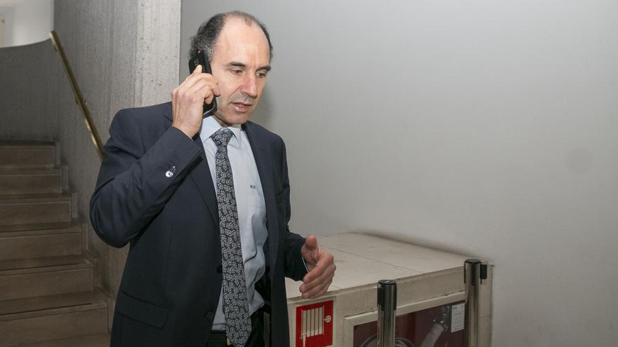 Diego conversa por el móvil en los pasillos del Parlamento.   ROMÁN GARCÍA