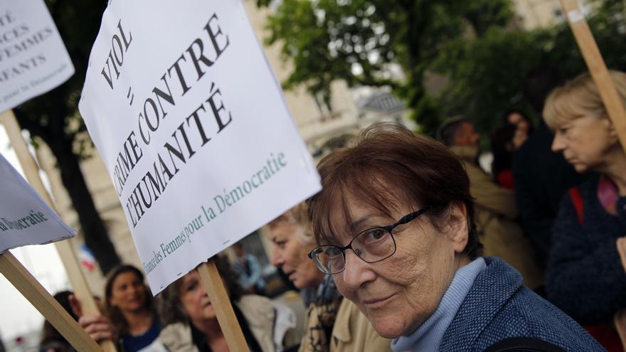"""Manifestación en París con el lema """"Violación: un crimen contra la humanidad""""/ AP Photo/Christophe Ena"""