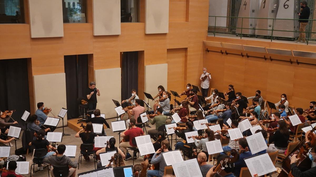 Ensayo del maestro Gustavo Dudamel con 49 jóvenes intérpretes seleccionados en diferentes partes del mundo.