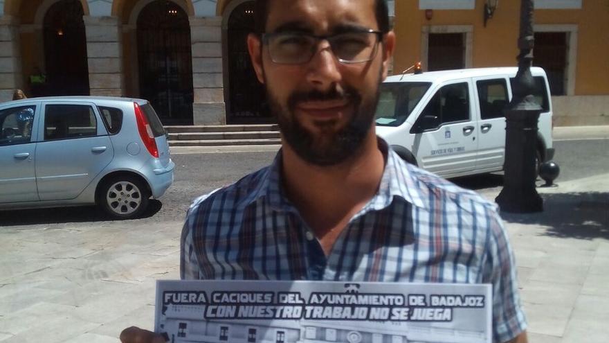 Pedro Luengo muestra el cartel de la manifestación de este sábado.