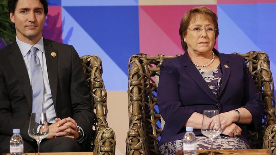Bachelet les dice a las escolares filipinas que se atrevan a cambiar el mundo