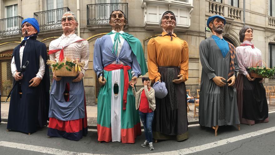 Los tres pares de aldeanos de la comparsa de gigantes de Vitoria