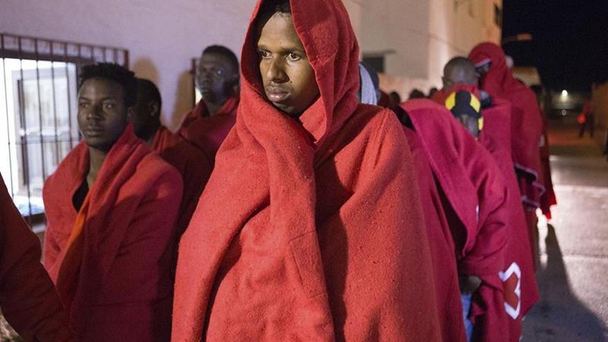 Rescatadas 28 personas, dos de ellas embarazadas, de una patera en Almería