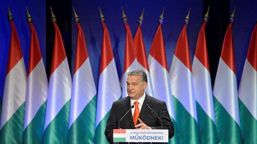 """Orbán se burló de los países europeos occidentales más liberales ofreciéndose a aceptar solicitudes de refugiados de sus ciudadanos enfadados por la ola migratoria. """"Deberíamos dejar entrar a los verdaderos refugiados"""", explicó."""