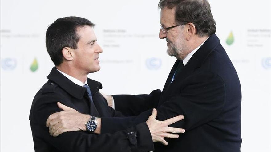 Rajoy, recibido por Valls a su llegada a la cumbre del clima de París