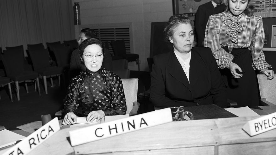 Antes de la primera reunión de la segunda sesión de la Comisión de la Condición Jurídica y Social de la Mujer, Cecilia Zung (izquierda), nueva representante de China, y E.I. Uralova, representante de la RSS de Bielorrusia.