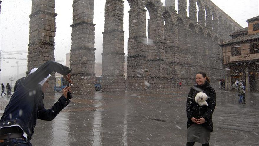 España recibió 57,7 millones de turistas en 2012, un 2,7 por ciento más que en 2011