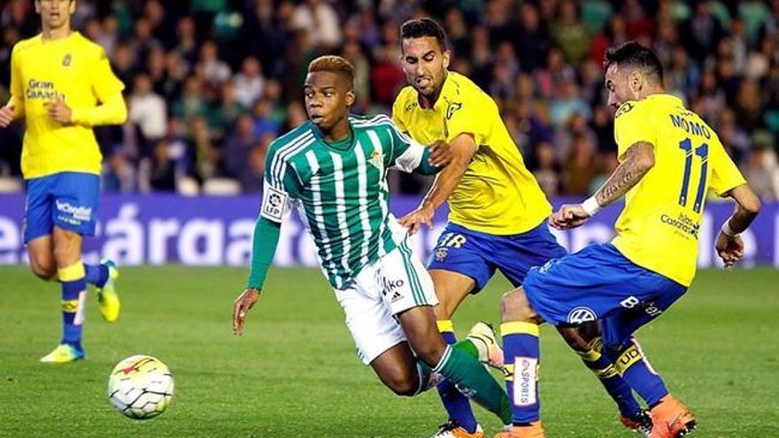 El jugador del Betis, Musonda, se lleva un balón ante la presión de Montoro y Momo en el Benito Villamarín.