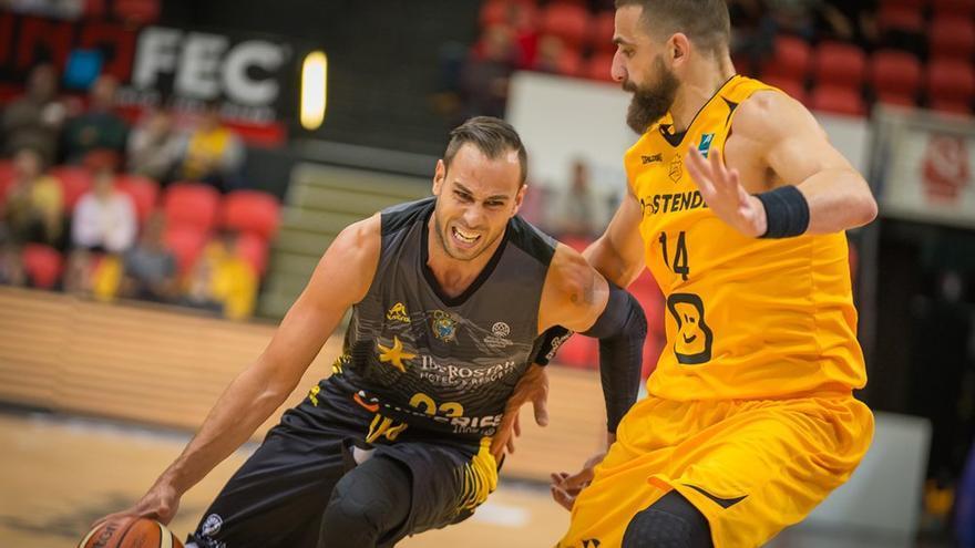 Carl English en el partido entre el Iberostar Tenerife y el Telenet Oostende
