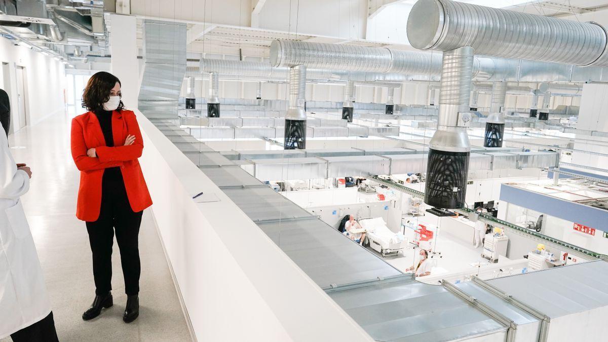 La presidenta de la Comunidad de Madrid, Isabel Díaz Ayuso, en una de sus visitas al hospital Zendal.