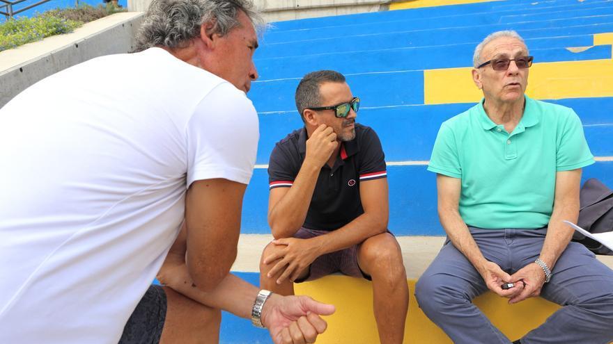 Ángel López, Juani Castillo y Germán Débora en el parque del Estadio Insular.