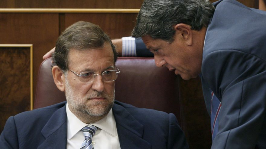 Federico Trillo habla con Rajoy en el Congreso en 2009.