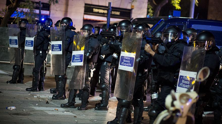 Agentes de la Brigada Mòbil de los Mossos d'Esquadra equipados con escopetas antidisturbios durante la huelga del 14-N en la plaza de la Catedral de Barcelona. / Edu Bayer