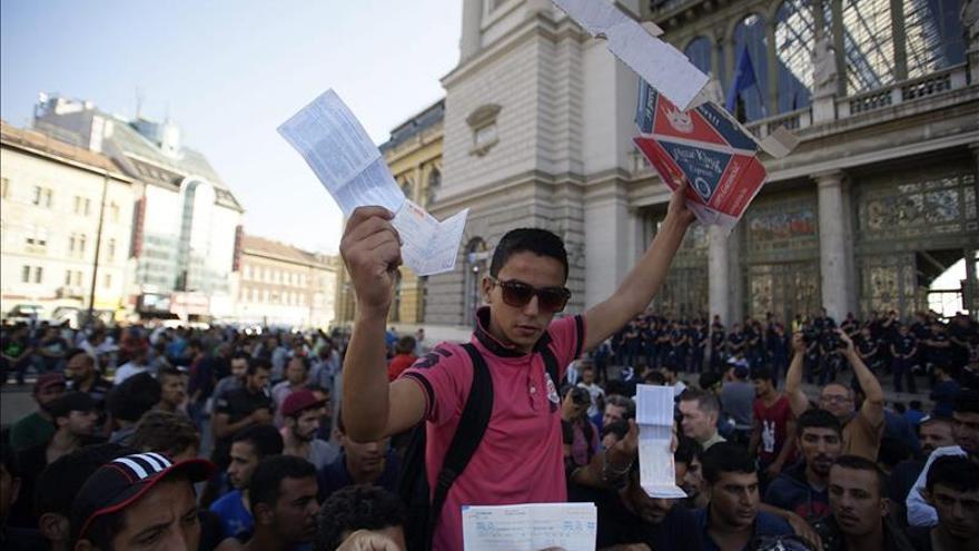 Centenares de refugiados protestan al grito de Alemania, Alemania en Budapest