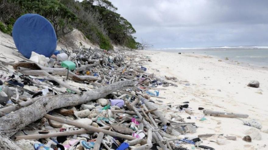 Acumulación de sandalias y otros restos de basura en South Island