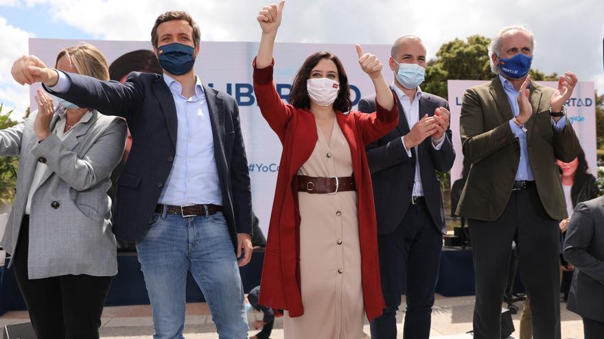 El presidente del PP, Pablo Casado, y la presidenta de la Comunidad de Madrid y candidata a la reelección, Isabel Díaz Ayuso,  durante un acto electoral en el Gran Parque Felipe VI de Majadahonda, a 1 de mayo de 2021, en Majadahonda, Madrid (España).