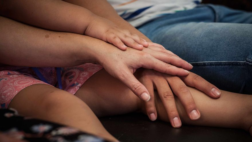 Alberto, Gemma y su hijo unen las manos. Foto: Juan Manzanara