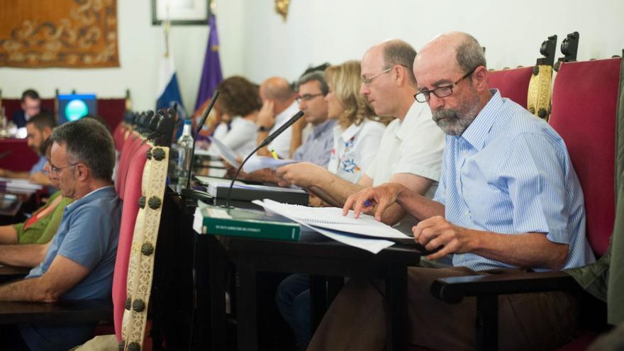 A la derecha, Santiago Pérez (XTF) durante un pleno en el Ayuntamiento de La Laguna.