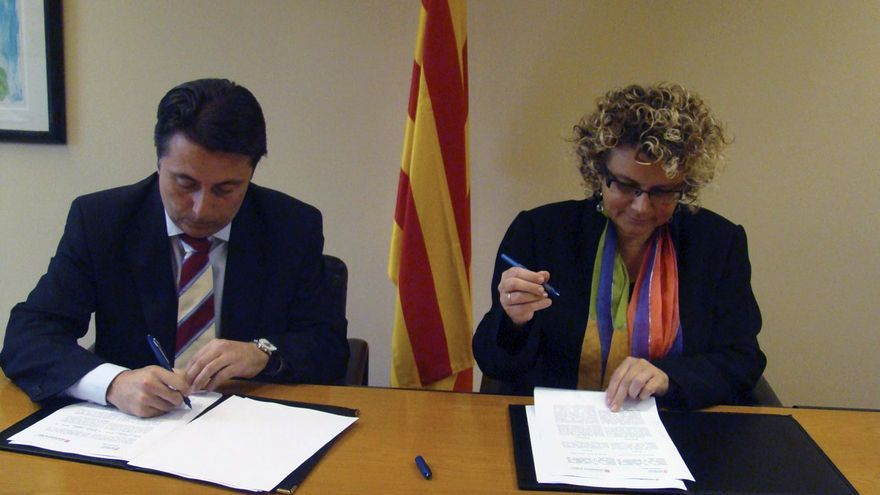Los exconsellers de Sanidad valenciano, Manuel Cervera, y catalana, Marina Geli, durante la firma del convenio entre ambas administraciones
